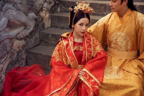 Chi Pu và nam diễn viên Lãnh Thanh với tạo hình cổ trang trong MV.