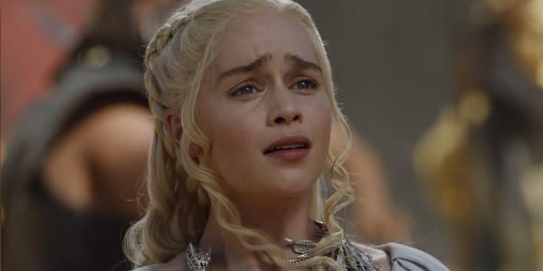 Daenerys đau đớn trước cái chết của con rồng.