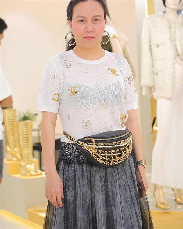Tuy nhiên, set đồ nảy chẳng hề được đánh giá là đẹp mắt, không chỉ thế còn khiến Phượng Chanel lộ nội y phô phang, phản cảm.