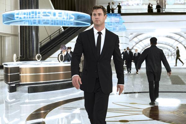 Nhân vật H của Chris Hemsworth còn mang nhiều dáng dấp của thần sấm Thor
