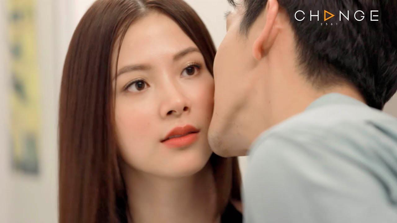 Không dưới 1 lần Nira bị nhắc nhở chuyện yêu Chat, những người thân cận ở bên cô như Tong - Yot - Ben đều bảo Nira đang sa lầy vào vũng nước đen với gã đàn ông đã có vợ. Vì ngoài kia, người ta đâu có biết Chat - Nira yêu nhau thế nào, họ chỉ xác nhận duy nhất 1 điều, Nira là 'hồ ly tinh' giật chồng người khác.