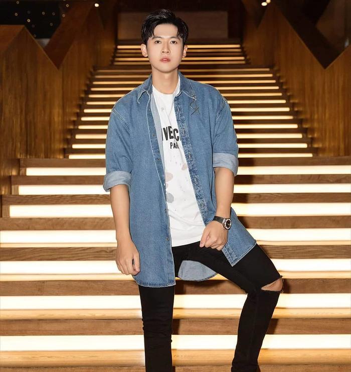 Quán quân Giọng hát Việt 2019 Hoàng Đức Thịnh chọn cho mình set đồ đơn giản nhưng nổi bật gồm áo sơ-mi dáng dài, áo phông và quần jeans rách.