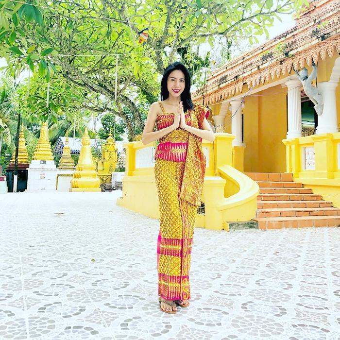 Viếng chùa cầu an, Thủy Tiên chọn cho mình bộ váy xà rông quấn tông màu nổi bật. Bộ cánh càng làm tôn lên nước da trắng, vóc dáng quyến rũ của nữ ca sĩ.