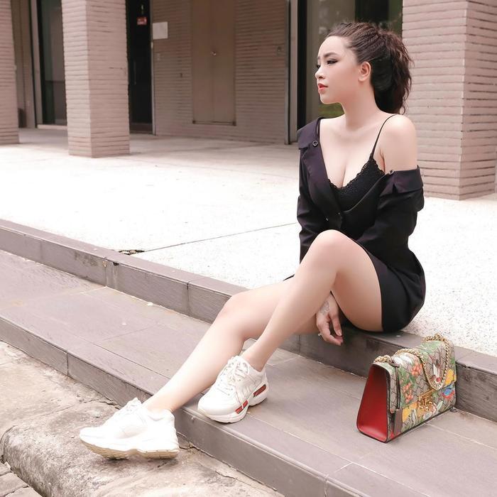 Bộ cánh đen một màu nhưng giày và túi Gucci đã nâng tầm set đồ của Hải Băng lên nhiều lần