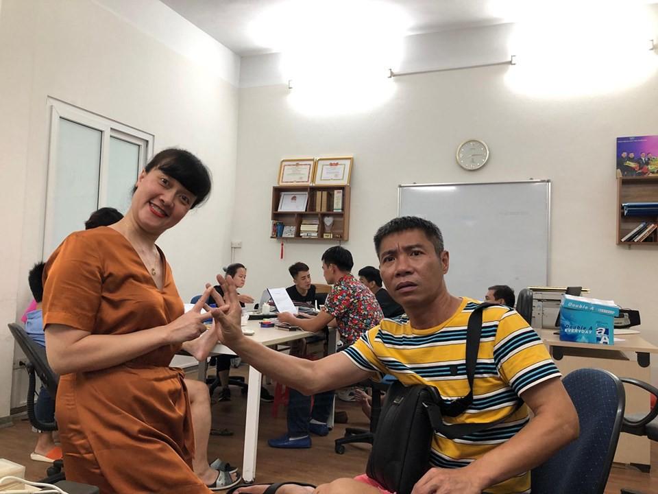 Nghệ sĩ Vân Dung - Công Lý tranh thủ 'nhí nhảnh' một chút.
