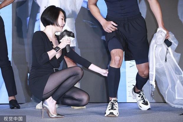 Tiểu S tiếp tục bị chỉ trích vì có những hành động thân mật quá lố, hở cả nội y cùng với người mẫu nam 1