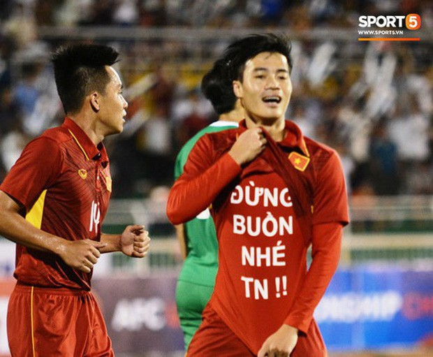 Văn Toàn để lộ thông điệp 'đừng buồn nhé' khi ăn mừng bàn thắng trong trận U22 VN thắng U22 Macau với tỉ số 8-1 diễn ra vào ngày 21/7/2017. Ảnh: Nguyễn Đăng.