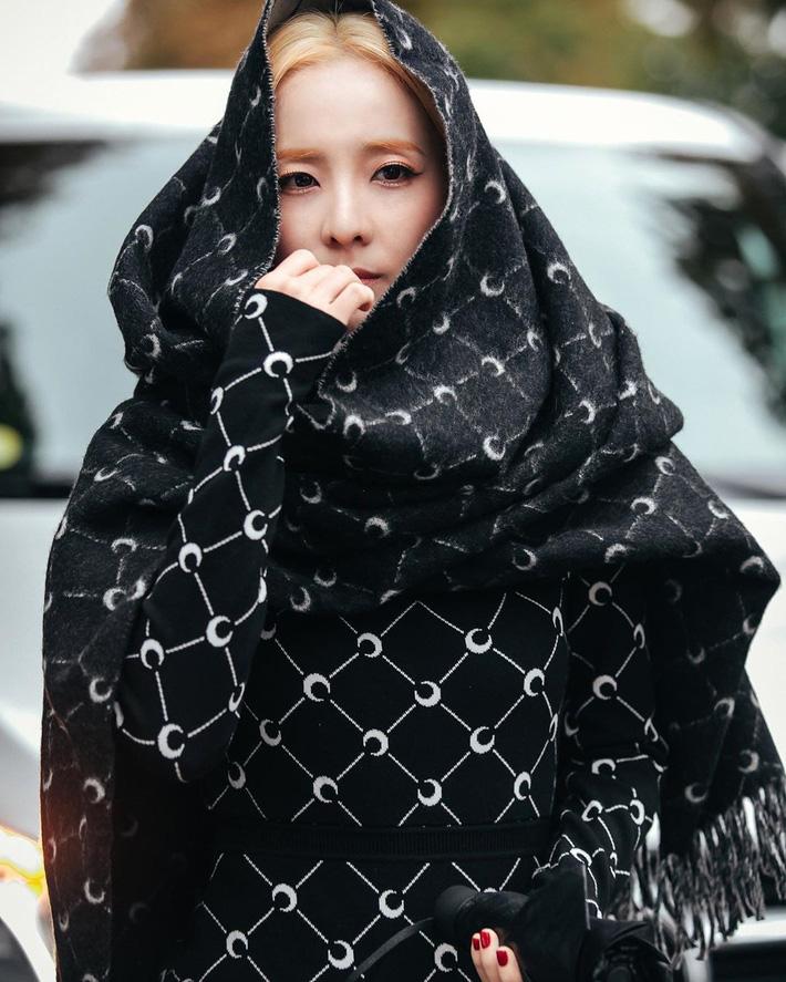 Là sao châu Á lên đồ kín nhất tại mùa fashion week này nhưng Dara vẫn gây ấn tượng khó phai. Không chỉ để tóc bạch kim siêu tây, cô nàng còn mạnh dạn tẩy lông mày để có diện mạo 'chất hơn nước cất' tại show Marine Serre.