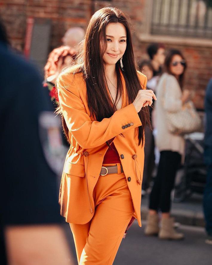 Không hổ danh 'Hoa hậu Hàn đẹp nhất thế giới', Honey Lee khiến ai cũng phải ngước nhìn khi xuất hiện tại show diễn Salvatore Ferragamo. Và cô chỉ cần để tóc thẳng, trang điểm đơn giản để làm được điều đó.