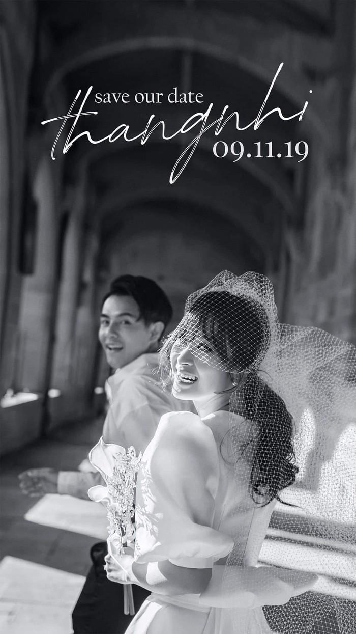 Tấm poster lễ cưới của Đông Nhi và Ông Cao Thắng gây 'bão' cộng đồng mạng hôm nay.