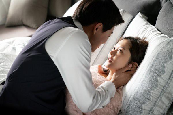 Trở thành đôi vợ chồng trong VIP, Jang Nara và Lee Sang Yoon phải thực hiện những cảnh mùi mẫn.