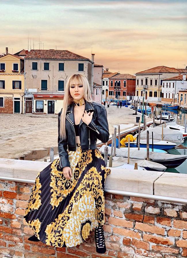 Chiếc váy xếp li hiệu Versace được Bảo Thy diện vô cùng cá tính với áo khoác da có giá 38 triệu đồng. Cùng với đó là vòng choker to bản, crop top và đôi cao gót đan dây, nhìn Bảo Thy lột xác với hình ảnh sang chảnh, thời thượng nổi loạn khó ai bằng.
