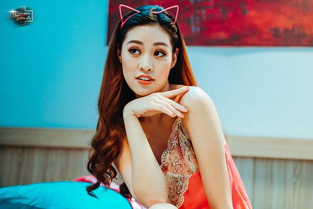 Trước khi đăng quang Hoa hậu Hoàn vũ 2019, Khánh Vân đóng phim về y tá mặc hở cổ đến tận ngực 3