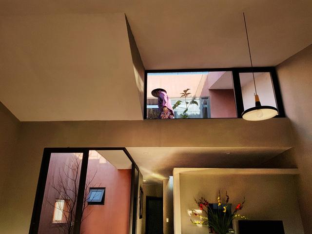 Không gian bên trong với cách thiết kế đủ ánh sáng.