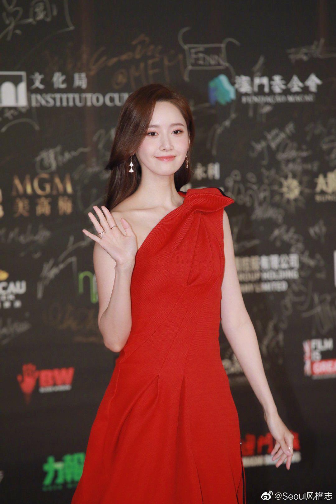Yoona thay liền 2 bộ váy khi dự sự kiện tại Macau.