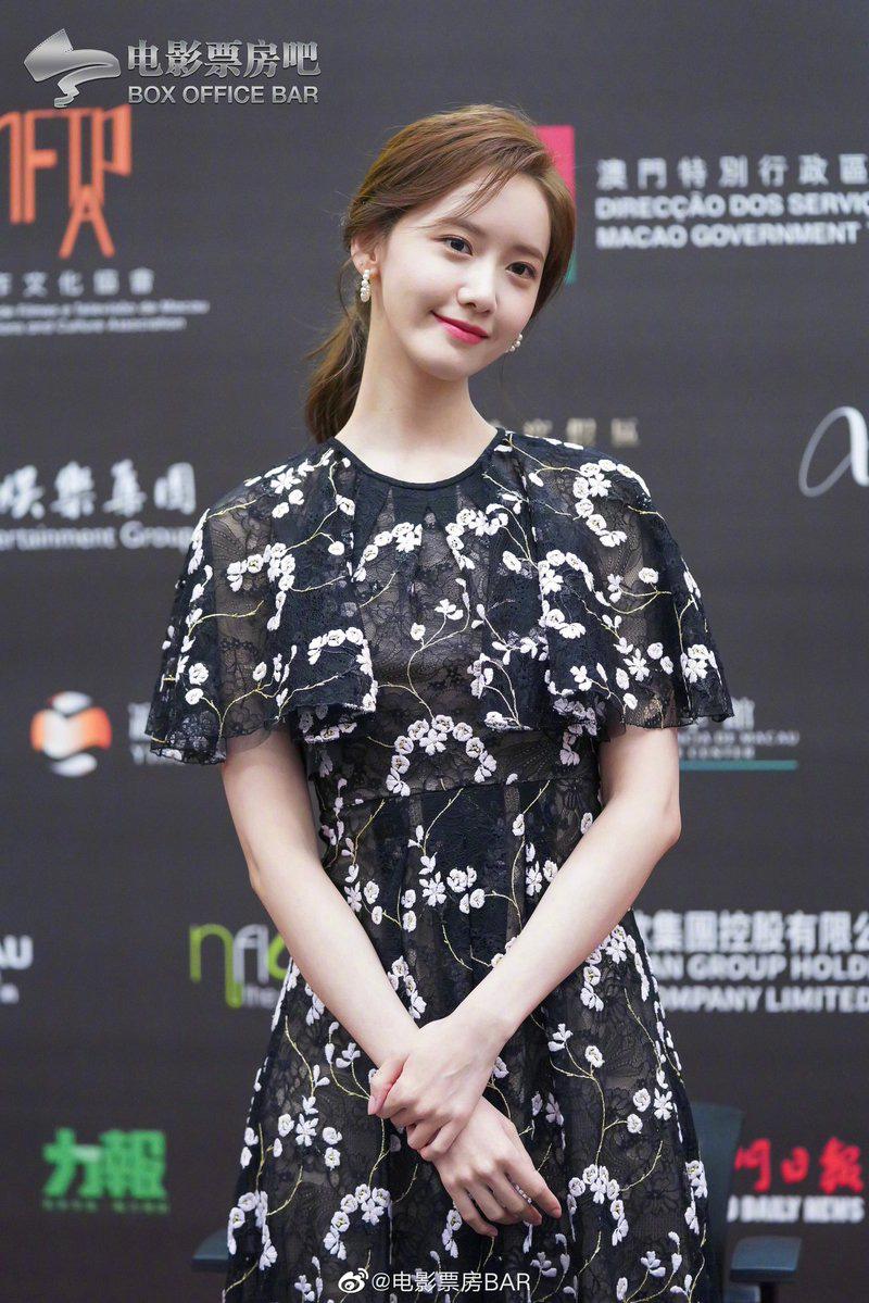 Đầu tiên cô diện mẫu váy liền thêu hoa văn nữ tính. Với bộ váy này, Yoona chọn kiểu tóc buộc thấp, đeo khuyên tai tròn đính ngọc trai mang lại cảm giác nữ tính, nền nã.