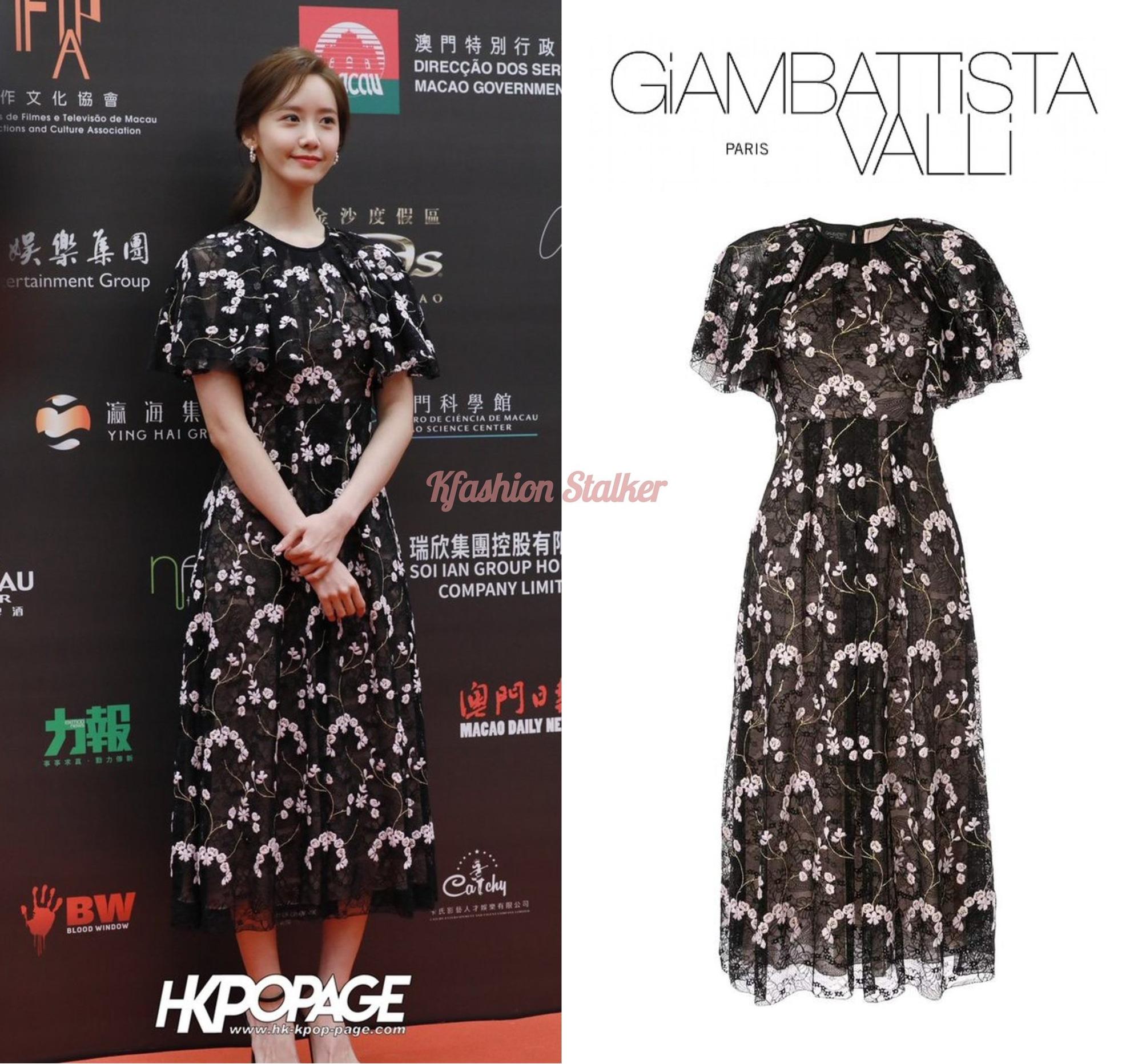 Được biết đâu là mẫu váy đến từ nhà mốt GIAMBATTISTA VALLI có giá khoảng 95 triệu đồng. Nói công bằng thiết kế này vốn không dễ diện, từ màu sắc cho đến chấy vải voan rủ nhẹ đều dễ khiến người diện trông 'dừ' hơn vài phần, nhưng Yoona lại có thể chinh phục hoàn hảo.