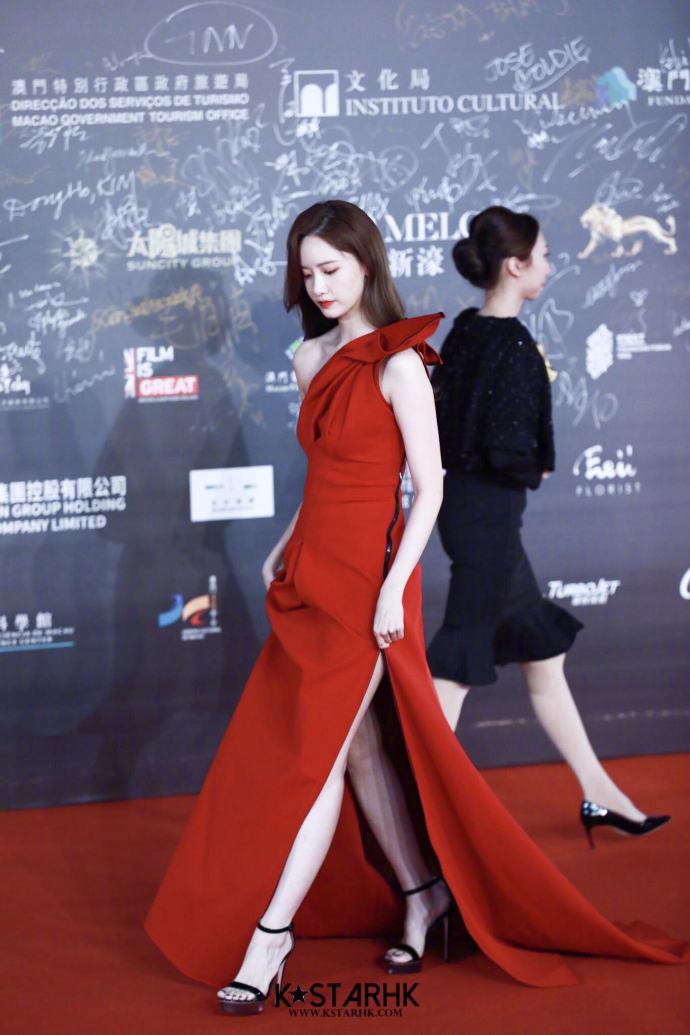 Chưa dừng lại ở đó, mẫu váy của TONI MATICEVSKI còn có thêm chi tiết xẻ vạt giúp cô phô diễn đôi chân thon dài, gợi cảm.