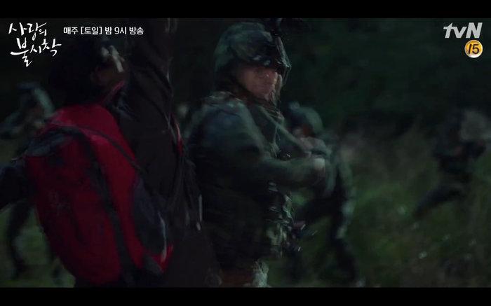 'Hạ cánh nơi anh' tập 1: Son Ye Jin bất ngờ tỏ tình với Hyun Bin khi đang khổ sở chạy trốn khỏi sự truy sát 11