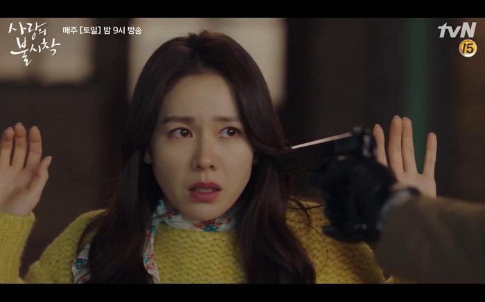 'Hạ cánh nơi anh' tập 2: Son Ye Jin bị quân đội bắt giữ, Hyun Bin vội nhận vơ là vợ sắp cưới 23