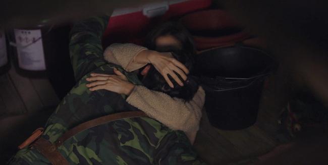 Jung Hyuk và Se Ri vồ vập hôn nhau dưới hầm cá...