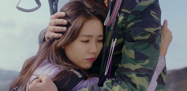 Jung Hyuk giải cứu Se Ri với màn nhảy dù đôi lãng mạn trên không.
