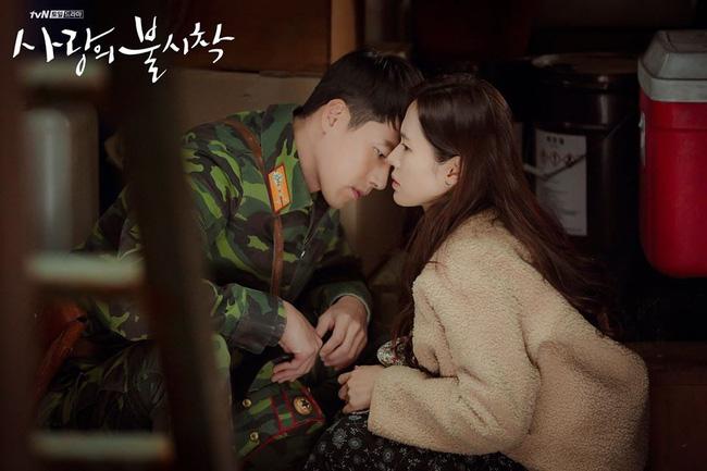Hyun Bin và Son Ye Jin có chút ngượng ngùng khi diễn cảnh hôn trên tàu.