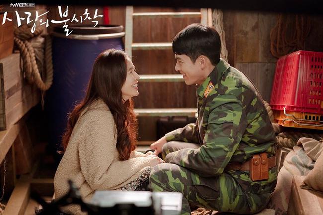Hyun Bin và Son Ye Jin cười tít mắt như hai đưa trẻ sau cảnh cưỡng hôn trên tàu cá.