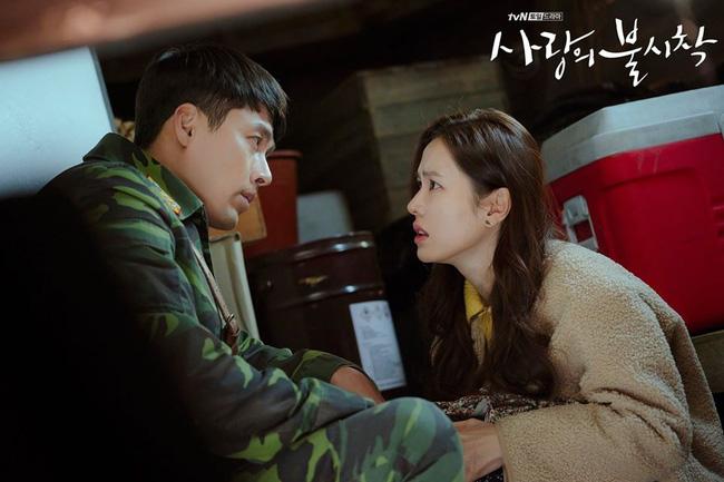 Hậu trường 'Crash Landing On You': Hyun Bin - Son Ye Jin cười tít mắt như hai đứa trẻ sau màn cưỡng hôn trên tàu cá 2