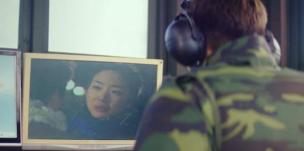 Joo Moo từng mải mê xem phim Nấc thang lên thiên đường mà để cho Se Ri làm náo loạn cả khu vực cấm của quân sự.