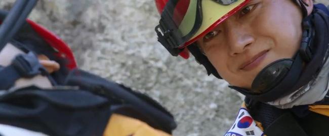 Park Hae Jin xuất hiện cực ngầu trong bộ trang phục lính cứu hộ.