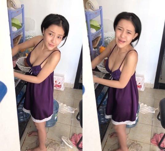 Ngân 98bị Lương Bằng Quang chụp lén khoảnh khắc ở nhà khi đang rửa bát. Dù diện váy ngủ quyến rũ, khoe vòng 1 nóng bỏng song cô nàng bị lộ vẻ mặt kém sắc, nhạt nhòa khi không trang điểm.