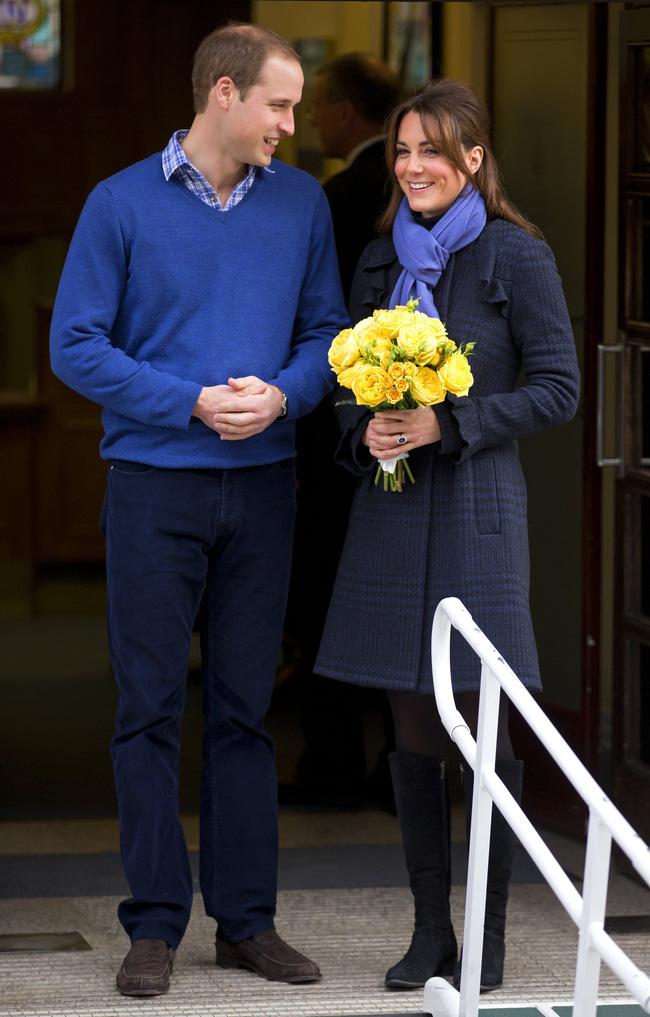 Nếu không phải là cà vạt thì những chiếc khăn quàng cổ sẽ biến thành 'vũ khí' diện đồ xuyệt tông thật tinh tế của vợ chồng Kate - William.