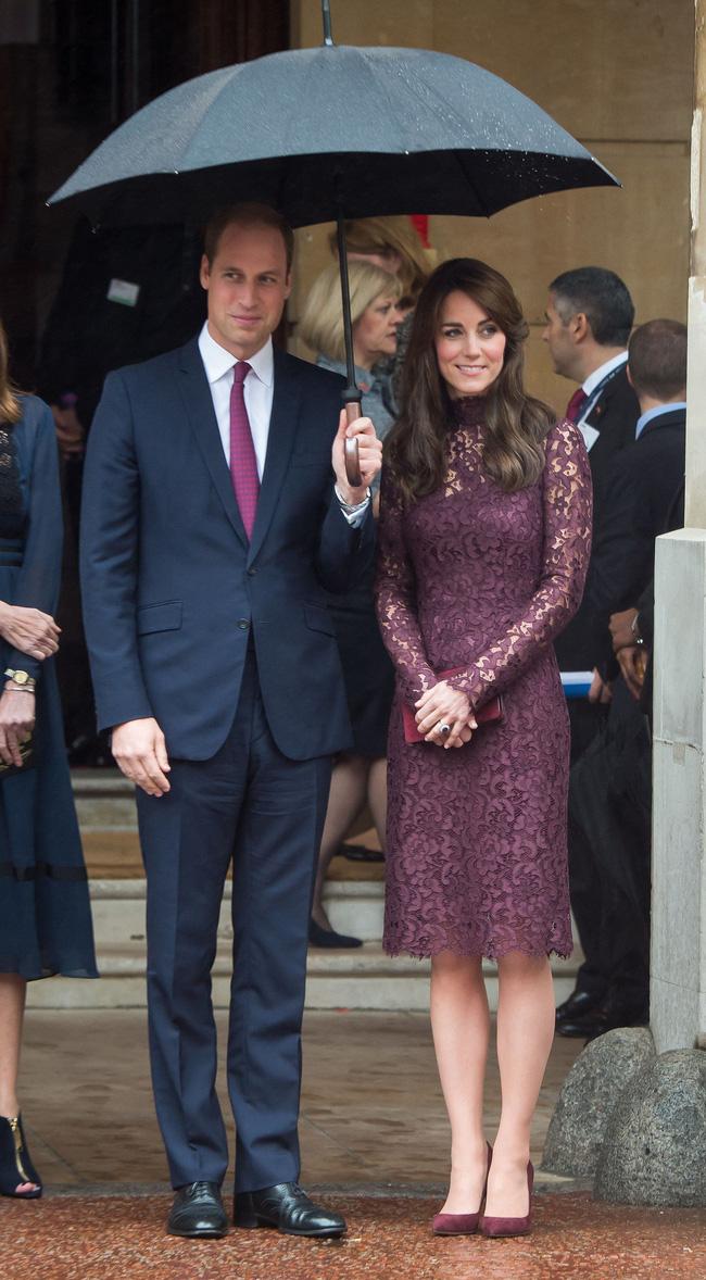 Nếu Hoàng tử đã chọn cà vạt màu tím thì Công nương sẽ nguyện lên cả một cây đồ tím toàn tập cho đồng điệu với ông xã. Hoặc là ngược lại, đức vua tương lai của Vương Quốc Anh đã cố tình chọn màu cà vạt xuyệt tông với trang phục của vợ?