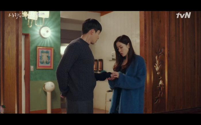 Jung Hyuk tặng nhẫn làm quà sinh nhật cho bạn gái.