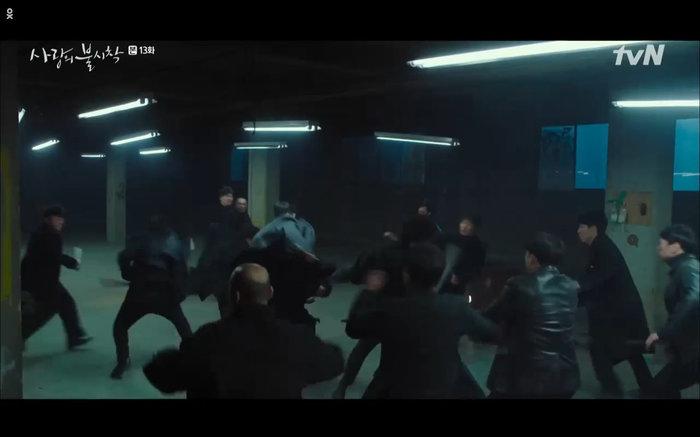 Trong lúc hỗn chiến xảy ra những người đồng đội của Jung Hyuk đã xuất hiện giải cứu.
