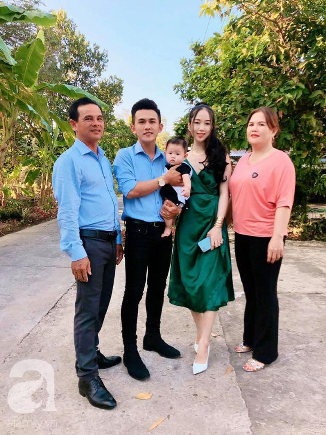 Cha mẹ Thiên Hà hạnh phúc bên con cháu.