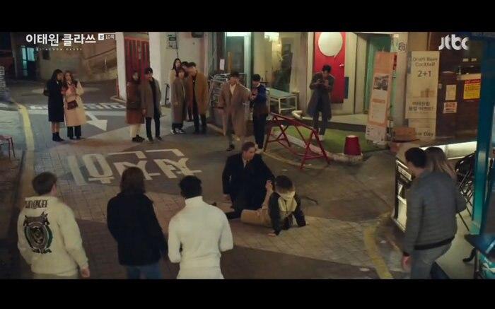 'Tầng lớp Itaewon' tập 10: Park Seo Joon khóc nức nở vì thua cuộc, Kim Da Mi bị đánh tơi tả 5