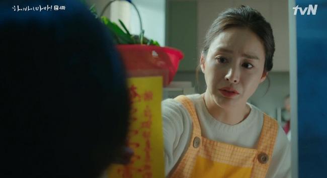 Yoo Ri đứng hình khi lá bùa của bà đồng Midongdeak đưa cho chẳng trị được linh hồn 'nhí' nhí này.