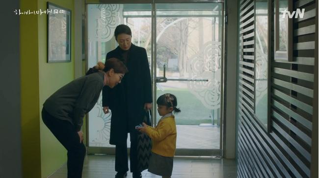 Thông qua việc Seo Woo cũng nhìn thấy được các linh hồn, người mẹ này hiểu được bên cạnh cô lúc này có sự xuất hiện của con trai mình.