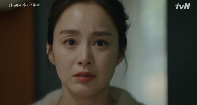 Cha Yoo Ri vô cùng khó xử vì không biết phải giải thích với vợ mới của chồng như thế nào.