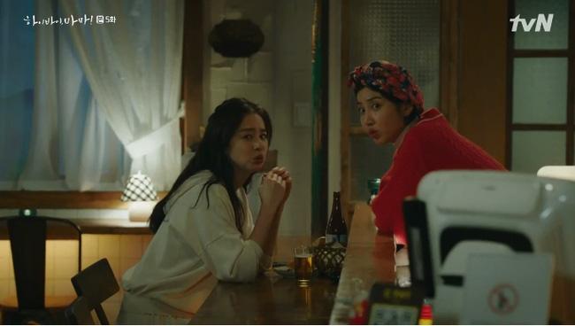 Go Hyun Jung và Yoo Ri ngỡ ngàng trước sự xuất hiện của Min Jung.