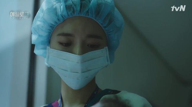 Min Jung chính là người hộ sinh từng chứng kiến cảnh sinh ly tử biệt của Yoo Ri với con gái Seo Woo.