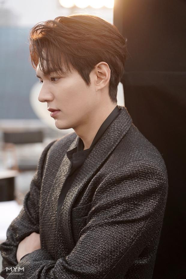 Lee Min Ho lại khiến hội fangirl châu Á điên đảo với góc nghiêng cực phẩm ở hậu trường phim mới 0