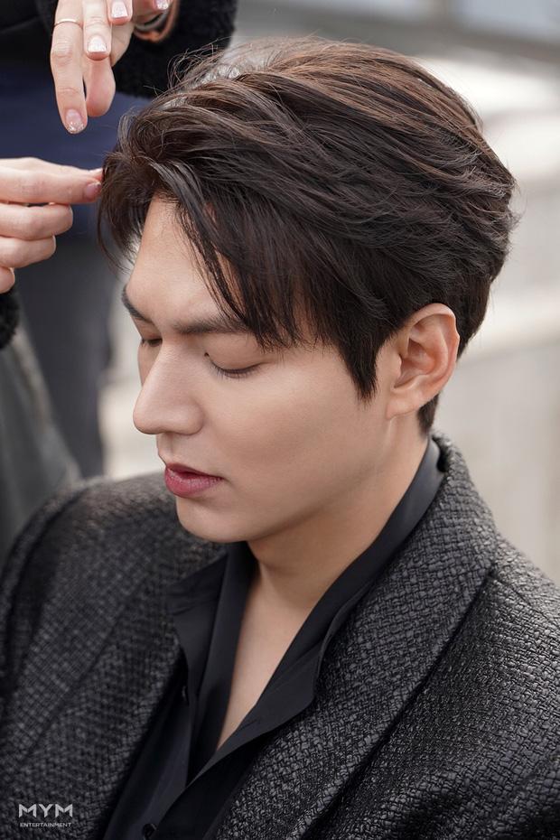 Lee Min Ho lại khiến hội fangirl châu Á điên đảo với góc nghiêng cực phẩm ở hậu trường phim mới 1