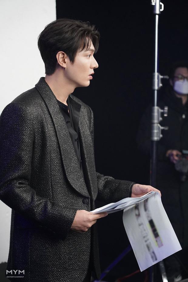 Lee Min Ho lại khiến hội fangirl châu Á điên đảo với góc nghiêng cực phẩm ở hậu trường phim mới 2