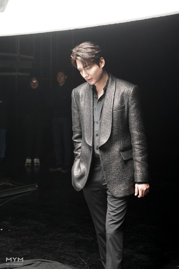 Lee Min Ho lại khiến hội fangirl châu Á điên đảo với góc nghiêng cực phẩm ở hậu trường phim mới 4
