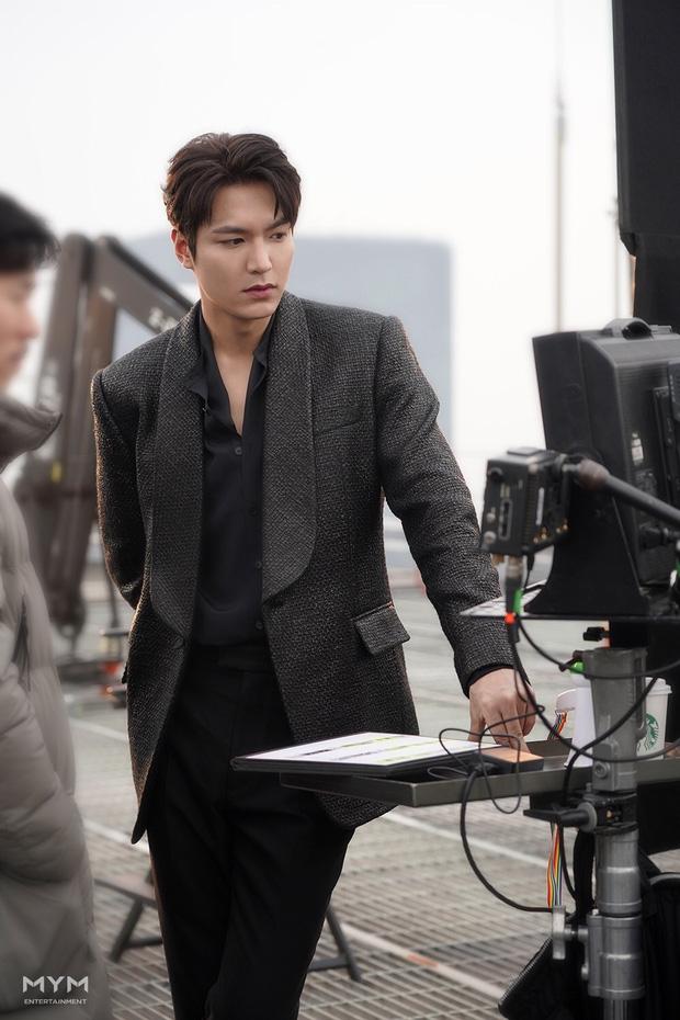 Với ngoại hình chuẩn nam thần, chẳng tiếc lời khen dành cho Lee Min Ho trong lần trờ lại này.