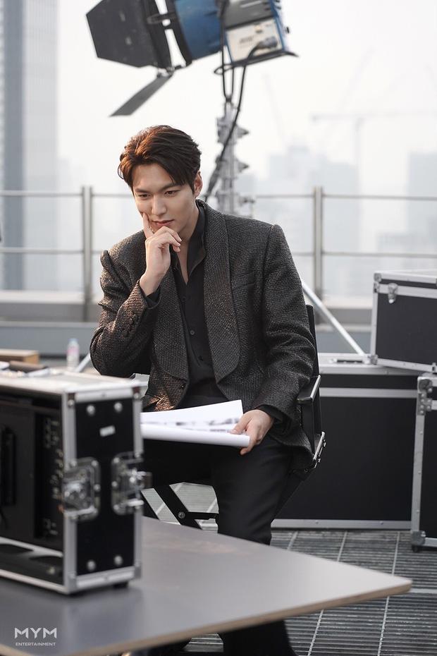 Lee Min Ho lại khiến hội fangirl châu Á điên đảo với góc nghiêng cực phẩm ở hậu trường phim mới 6