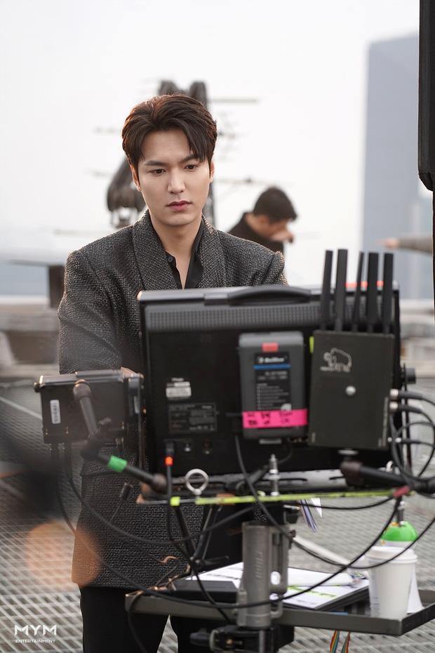 Đây cũng chính là tạo hình của Lee Gon khi vị Hoàng đế này nhờ cánh cửa thời gian để bước đến thế giới hiện đại và gặp được người thương Jung Tae Eul (Kim Go Eun).